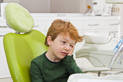 Denti d'esame di piccolo paziente al dentista Immagine Stock