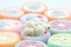 Denti da latte sopra i dolci della caramella Fotografie Stock Libere da Diritti