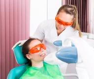 Denti del laser che imbiancano Immagini Stock