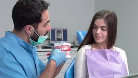 Denti della spazzola correttamente stock footage