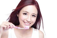 Denti della spazzola della donna di sorriso Immagini Stock Libere da Diritti