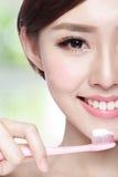 Denti della spazzola della donna di sorriso Fotografie Stock Libere da Diritti