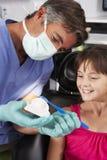 Denti della spazzola di Demonstrating How To del dentista Fotografie Stock Libere da Diritti