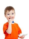 Denti di pulizia del bambino isolati su priorità bassa bianca Immagini Stock