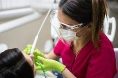 Denti di pulizia del dentista della donna Immagine Stock