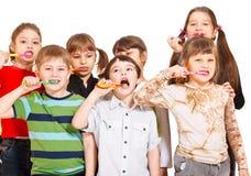 Denti di pulizia della folla dei bambini Fotografia Stock Libera da Diritti