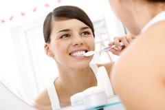 Denti di spazzolatura Fotografia Stock Libera da Diritti