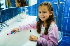 Denti di spazzolatura 2 della ragazza Fotografia Stock