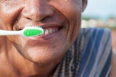 Denti di spazzolatura a fotografia stock libera da diritti