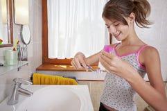 Denti di spazzolatura in bagno Fotografie Stock Libere da Diritti