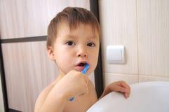 Denti di spazzolatura del bambino Immagini Stock