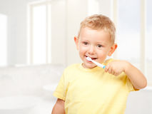 Denti di spazzolatura del bambino fotografia stock libera da diritti