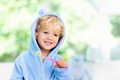 Denti di spazzolatura del bambino Spazzolino da denti dei bambini immagine stock