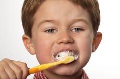 Denti di spazzolatura del giovane ragazzo Fotografia Stock Libera da Diritti