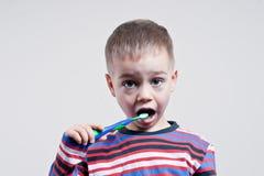 Denti di spazzolatura del giovane ragazzo Immagine Stock