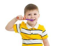 Denti di spazzolatura del ragazzino sveglio, isolati su bianco fotografia stock libera da diritti