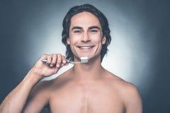 Denti di spazzolatura dell'uomo Fotografia Stock