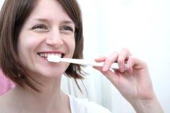 Denti di spazzolatura della donna Fotografia Stock