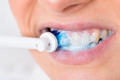 Denti di spazzolatura della persona Fotografia Stock Libera da Diritti