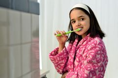 Denti di spazzolatura della piccola ragazza latina Immagini Stock Libere da Diritti
