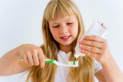 Denti di spazzolatura della ragazza fotografia stock libera da diritti