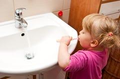 Denti di spazzolatura della ragazza Immagini Stock Libere da Diritti