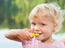 Denti di spazzolatura della ragazza bionda Fotografia Stock