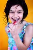 Denti di spazzolatura della ragazza felice Fotografie Stock