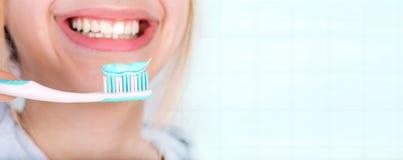 Denti di spazzolatura felici della giovane donna fotografia stock libera da diritti