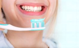 Denti di spazzolatura felici della giovane donna immagini stock libere da diritti