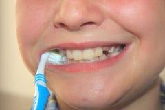 Denti felici di pulizia del bambino Fotografie Stock Libere da Diritti
