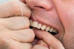 denti flossing dell'uomo Fotografie Stock