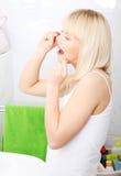 Denti flossing della donna con filo per i denti Immagine Stock
