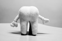 Denti molari con le mani in dentista Immagini Stock