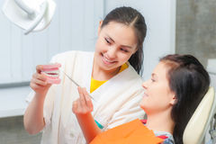 Dentiers d'exposition de dentiste à un patient Photo stock