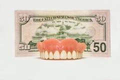 Dentiers dentaires d'isolement sur le blanc Photo libre de droits