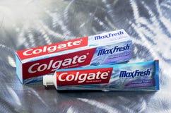 Dentifricio in pasta di Colgate isolato sul fondo del metallo immagini stock libere da diritti