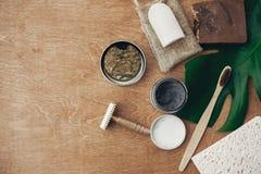 Dentifricio in pasta naturale del carbone, spazzolino da denti di bambù, sapone, sciampo solido, rasoio del metallo, deodorante a fotografia stock libera da diritti
