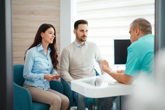 Dentist discussing the problem with patients Royalty Free Stock Photography