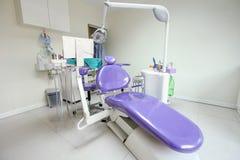 Dentist& moderno x27; sedia di s in una stanza medica fotografia stock libera da diritti