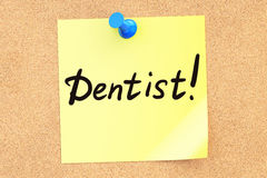 Dentist! Text on a sticky note pinned to a corkboard. 3D renderi Royalty Free Stock Images