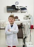 Dentista amigável do menino com equipamento dental Foto de Stock Royalty Free