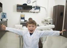 Dentista amigável do menino com equipamento dental Imagens de Stock Royalty Free