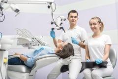 Dentista, assistente e paziente in clinica fotografia stock libera da diritti