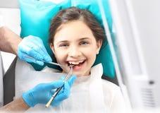 Dentista, bambino nella sedia dentaria Fotografia Stock