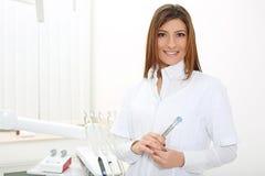 Dentista bonito da menina com espelho e ponta de prova dental fotografia de stock royalty free