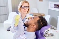 Dentista bonito Having Appointment fotos de archivo