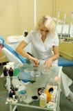 Dentista bonito no escritório médico imagem de stock