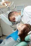 Dentista che fa iniezione anestetica Fotografia Stock Libera da Diritti