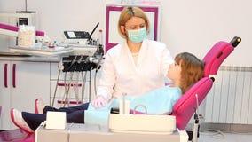 Dentista che fa un'iniezione stock footage